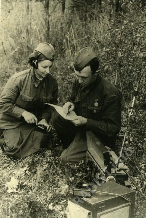Радисты Н-ского танкового батальона старшина А.А. Власов и доброволец-красноармеец М.Г. Фомина поддерживают связь с танками, находящимися в бою, июнь 1943 г.