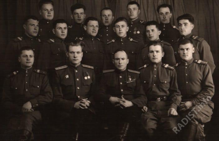 Радисты и механики в.ч п.п 13768. В нижнем ряду 3-й слева В.В. Сапожников, 1949 г.