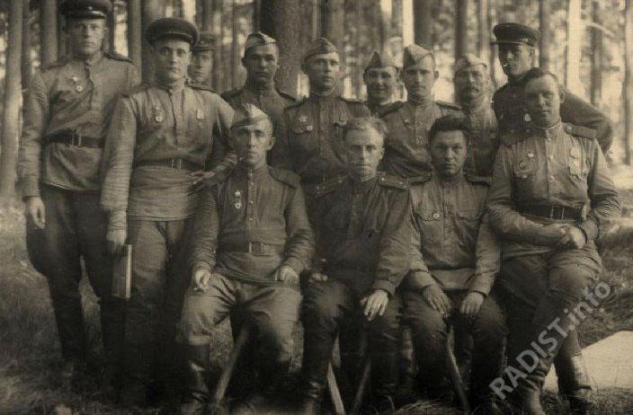 Радисты и телеграфисты. Первая артиллерийская дивизия 1-ой артиллерийской бригады 3-го дивизиона, 6-ая батарея. Сидит первый справа Н.Р. Баруткин, гвардии старш. сержант. Австрия, 1945 г.