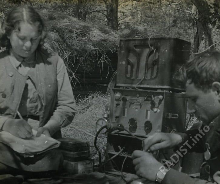 Радисты-партизаны за работой. Соединение С.А. Ковпака, 1942 г.