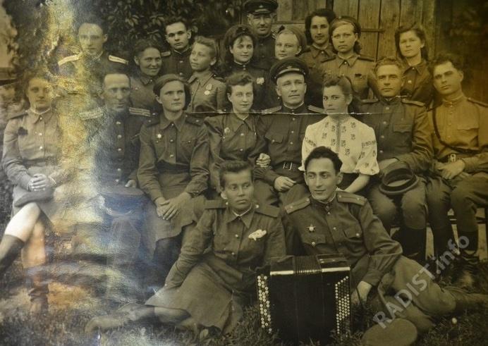 Радисты полка, военная часть 44014, в 1-м ряду, 3-я слева. Г. П. Хохлова, 1945 г.