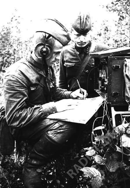 Радисты принимают на передовой полковой приказ. У аппарата С.И. Потеев рядовой и В.И. Хохулин ст. сержант, Калининский фронт, 1942 г.