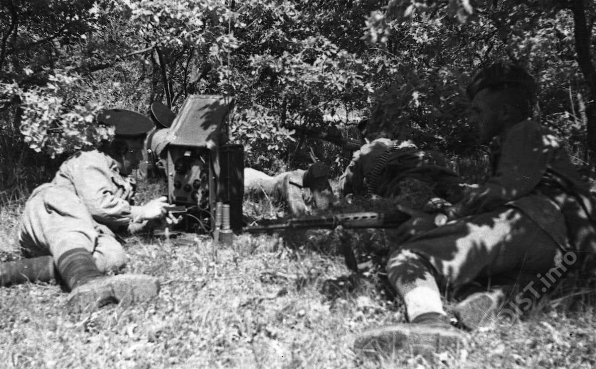 Радисты-разведчики батальона связи ПА за разведкой расположения огневых точек противника. Севастополь, июнь 1942 г.