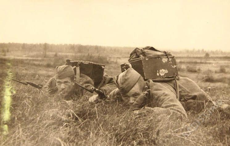 Радисты сержанты Комяков и Колядин пробираются ползком к переднему краю обороны противника. Действующая армия. Калининский фронт. Октябрь 1942 г.
