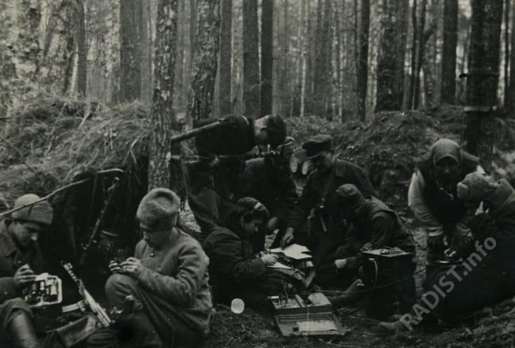 Радисты соединения партизанских отрядов прибыли на новое место и устанавливают связь с Москвой, 1942 г.