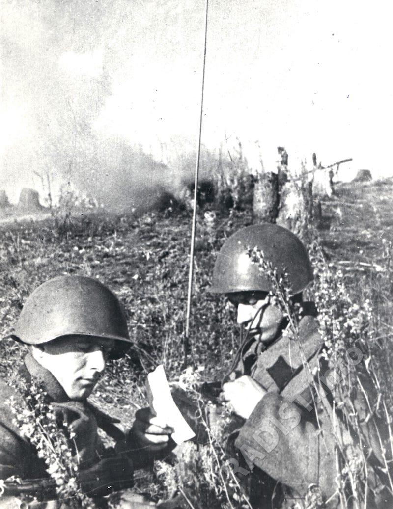 Радисты ст. сержант А. Яковенко (слева) и красноармеец Д. Черноусов за работой на рации, 16 октября 1941 г.