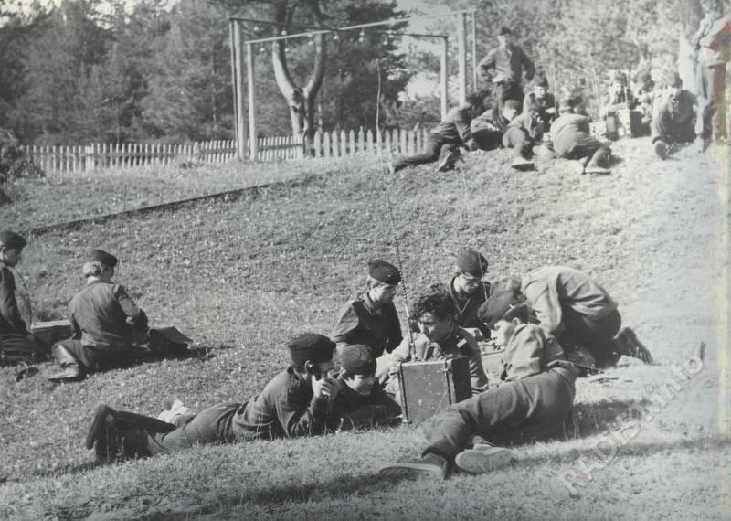 Радисты в Военно-спортивном лагере «Вымпел». Девиз «К защите Родины будь готов!», 1960-е гг.