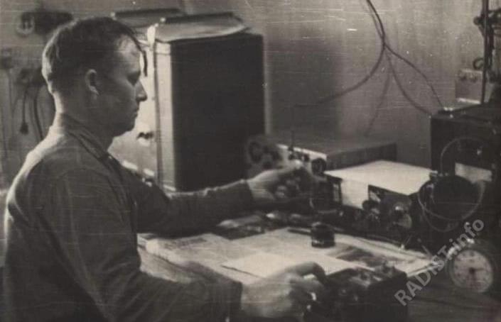 Собянин Владимир Поликарпович, радист за работой на радиостанции, приблизительно 1960-х гг