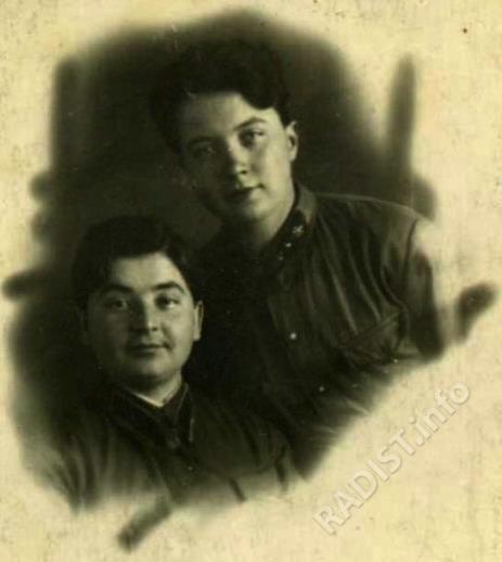 Соколова (Епанешникова) Валентина Андреевна (слева), радиотелеграфист-пеленгатор 29 отдельного полка связи, с подругой, 31 января 1943 г.