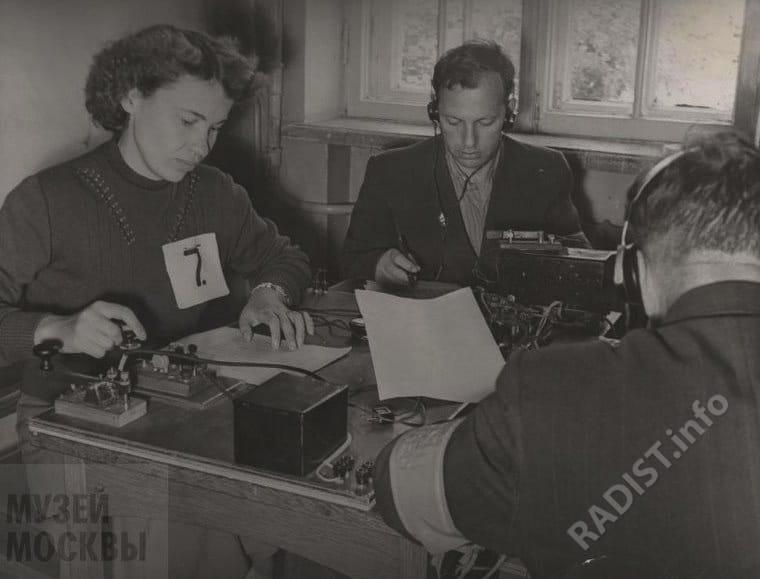 Соревнования радистов РСФСР по приему и передаче радиограмм на личное первенство. Член Владивостокского клуба ДОСААФ А.К. Стукалина ведет передачу на ключе, 25 августа 1958 г.