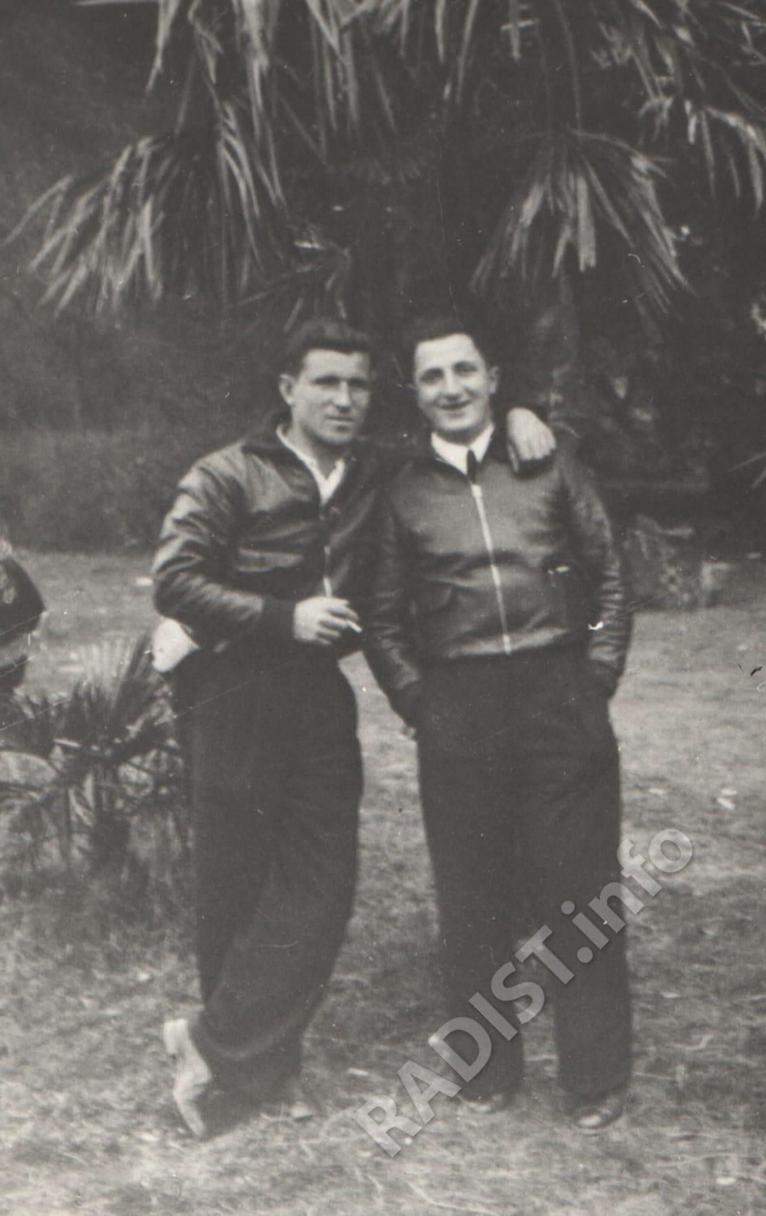 Советские добровольцы - техник-авиамоторист Григорий Соколов (в будущем летчик, Герой Советского Союза, погиб под Малоярославцем) и радист Яков Шульц. Испания, Альбасете, октябрь 1936 г.