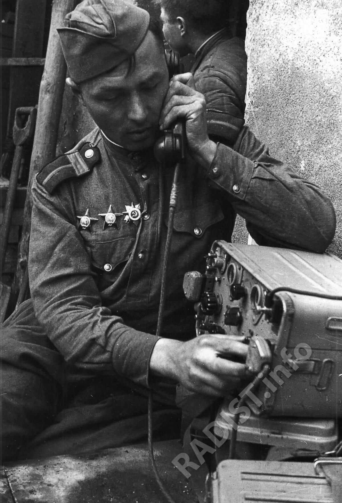 Советский старшина-связист у рации РБ-М во время боев в Берлине, 1945 г.