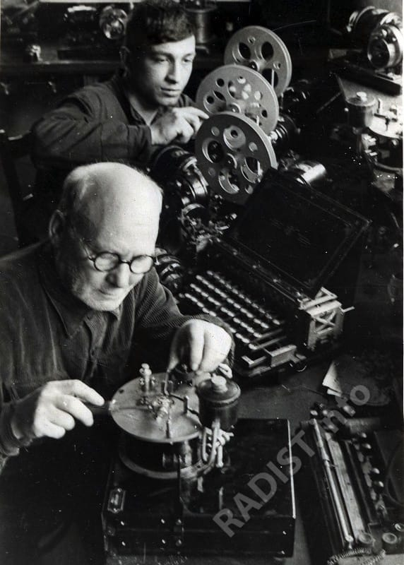 Стахановцы Тбилисского радиотелеграфного завода за сборкой новых сложных видов аппаратуры, 1946 г.