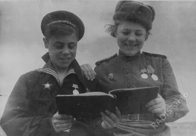 Старченко В. и Теплякова Т. - связисты-добровольцы, комсомольцы, участники боев за Крым, 25.05.1944 г.