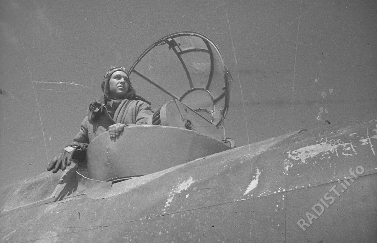 Стрелок-радист Шаповалов на самолете, 1944 г.