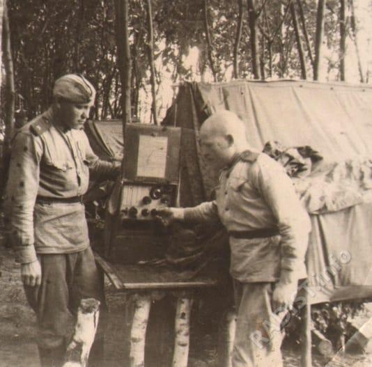 Связисты 16 ад РГК М.Г. Борцов (слева) и П.Н. Кленов выходят на связь, 1944 г.