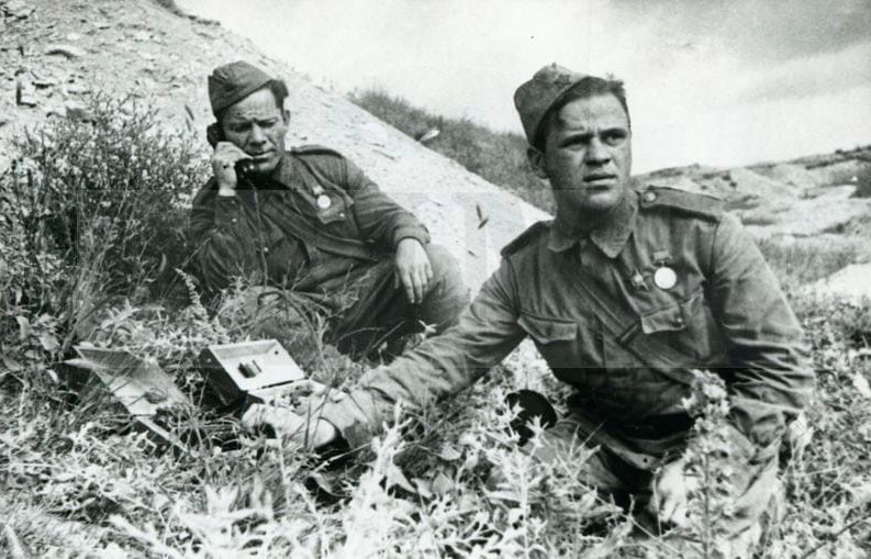Связисты 255 бригады морской пехоты И. Серебрянский и И. Карпунин. Малая земля, 1943 г.