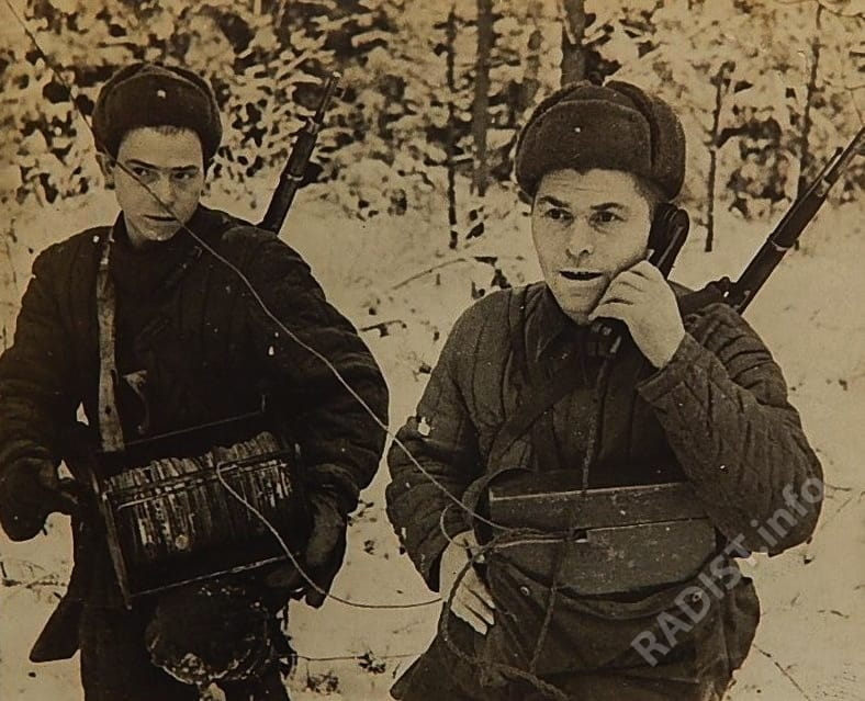 Связисты 3-го стрелкового батальона 188-й стрелковой дивизии устанавливают связь, 1942 г.