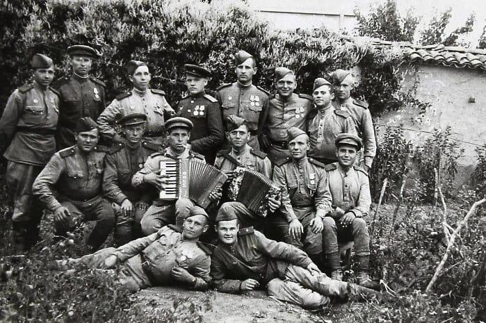 Связисты 30 отдельного полка связи III Украинского фронта, 1-й справа - рядовой В.М. Жарехин. Болгария, г. Добрич, 1944 г.