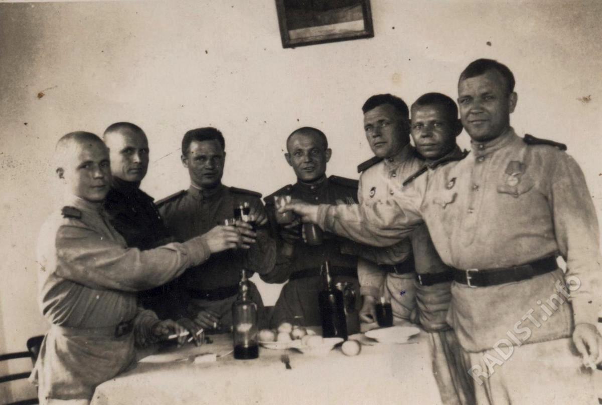 Связисты 301-го гвардейского минометного полка. Тябердин Василий Васильевич - 3-й справа, 1945 г.