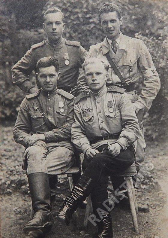 Связисты 459-го отдельного батальона связи. В 1-м ряду слева направо - командир взвода технического обеспечения П.И. Паутов и Тарнавский, во 2-м ряду - Иванов и военный из Чехословакии. Чехословакия, 09.05.1945 г.