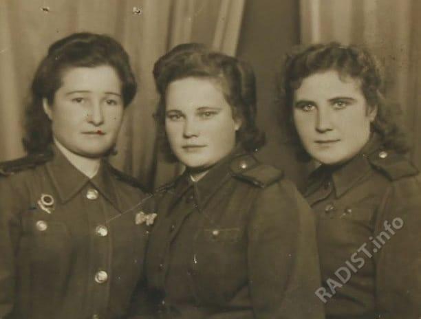 Связисты 50-го отдельного батальона связи, участницы ВОВ, посередине астраханка Гущина Надежда Федоровна. Румыния, Будапешт, 1944 г.