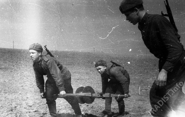 Связисты 51 армии прокладывают телефонный кабель на подступах к Севастополю. Крым, апрель 1944 г.