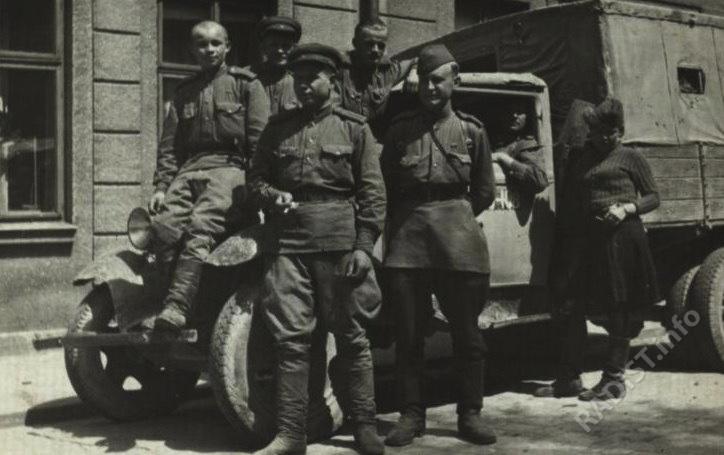 Связисты 596-го отдельного батальона связи 140-й стрелковой дивизии по дороге на Прагу. На переднем плане, 1-й справа - Г.Д. Лузев, ст. лейтенант, командир взвода связи у машины. Чехословакия, г. Глинско, 09.05.1945 г.