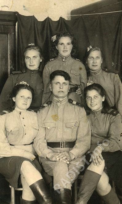 Связисты 630-го зенитно-артиллерийского полка. Слева сидит - Смирнова (Спирина) Лидия Александровна. Польша, 1945 г.