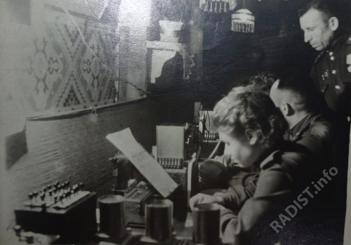 Связисты 66-го отдельного полка связи Центрального фронта за работой. За аппаратом сидит начальник узла связи Черницкий, за ним стоит Соболев, 1943 г.