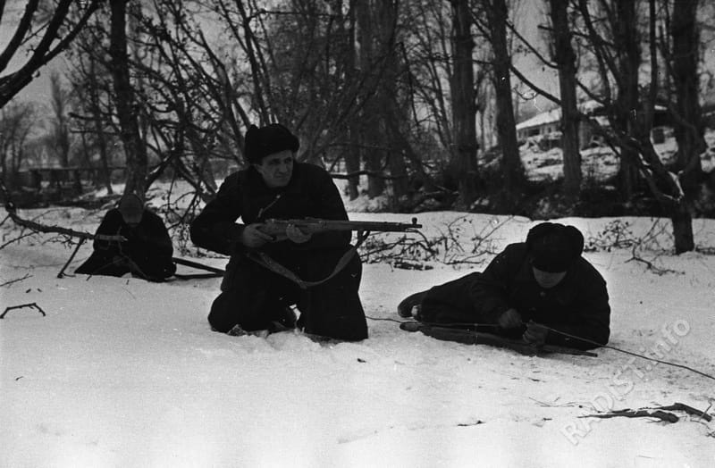 Связисты 7 бригады морской пехоты ЧФ, сержанты Я.И. Долгополов, Л.В. Логвинский, К.Г. Романов восстанавливают связь. Севастополь, 1942 г.
