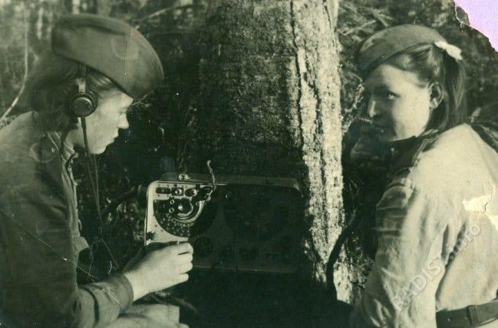 Связисты 70 пушечно-артиллерийского полка РВГК Волховского фронта за работой, 1943 г.