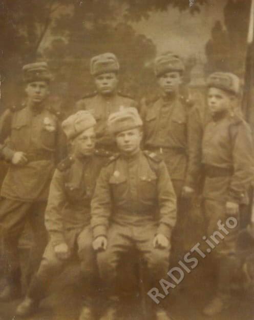Связисты 740 ОРПС - 1-й ряд, 1-й справа - Титов Владимир Федорович. Варшава, 1946 г.