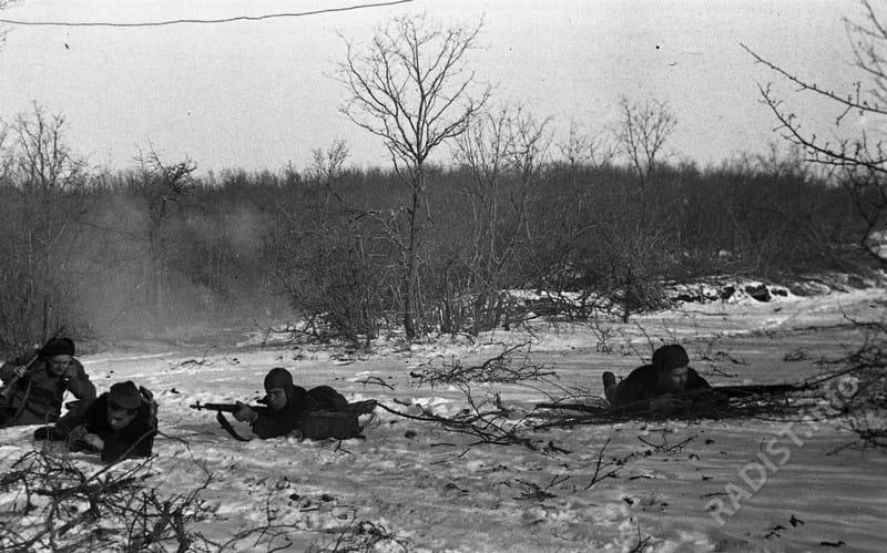 Связисты 8-й бригады морской пехоты под минометным огнём противника исправляют повреждённые линии связи, январь – февраль 1942 г.