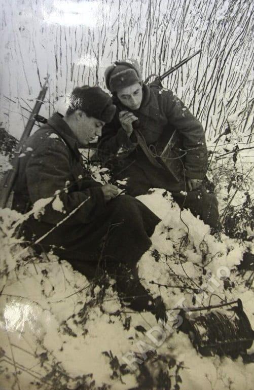 Связисты И. Горб и М. Лисов за устранением обрыва кабельной линии связи. Северо-Западный фронт, 1942 г.