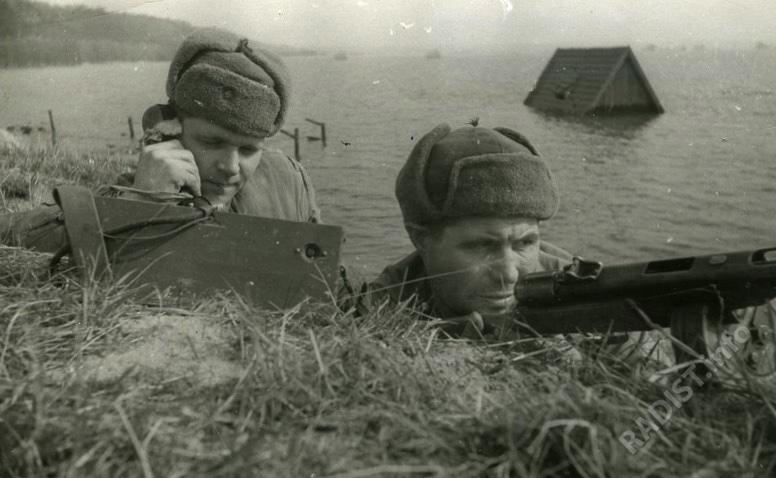 Связисты докладывают свои наблюдения за полем боя, апрель 1945 г.