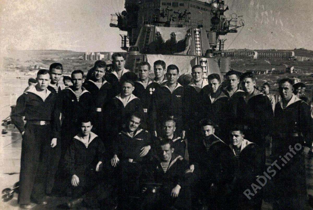 Связисты крейсера «Ворошилов» БЧ-4. Во 2-ом ряду сидит слева Якуткин Александр Наумович, 1946 г.