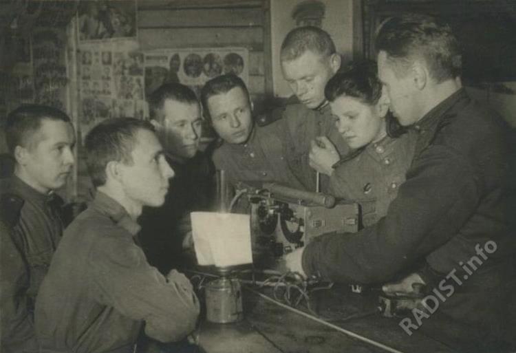 Связисты на технических занятиях изучают переносную радиостанцию РСБ, 1944 г.