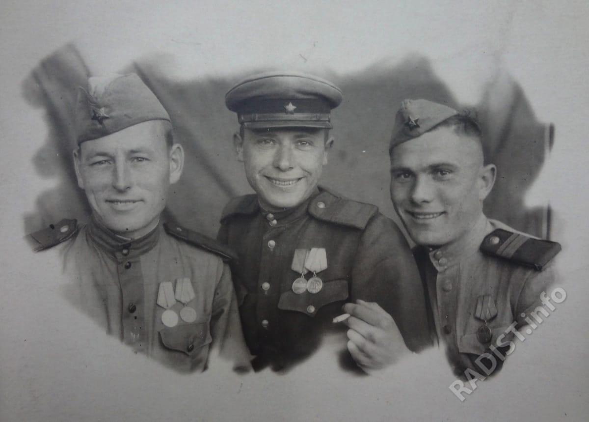 Связисты отделения внутренней связи штаба Центрального фронта. Слева-направо - ст. сержант И. Лихогуб, сержант Н. Вихляев, сержант Н. Говорухин, 1943 г.