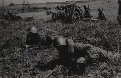 Связисты передают донесение на командный пункт. Сталинградская область, район Дона, 1942 г.