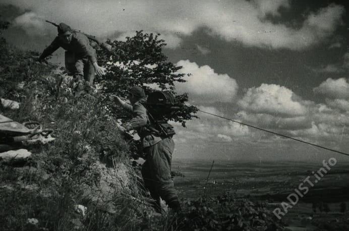 Связисты прокладывают телефонную линию на подступах к г. Яссы, апрель 1944 г.