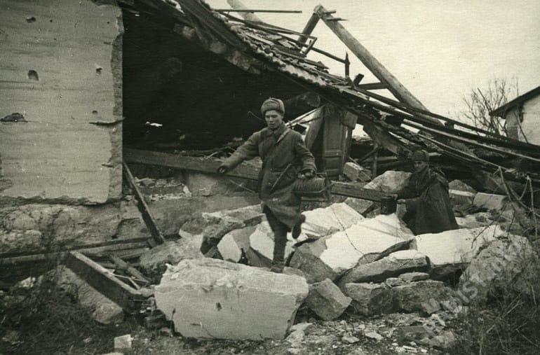 Связисты протягивают линию связи. Сталинград, 1942 г.