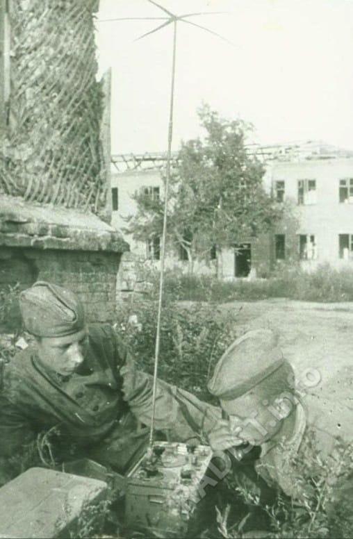 Связисты штаба дивизии на окраине Белгорода, август 1943 г.
