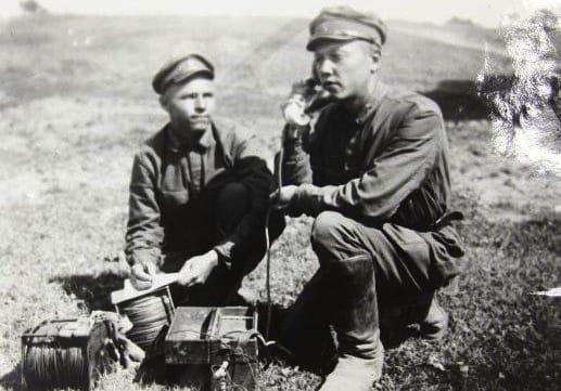 Связисты у полевого телефонного аппарата, 1929 г.
