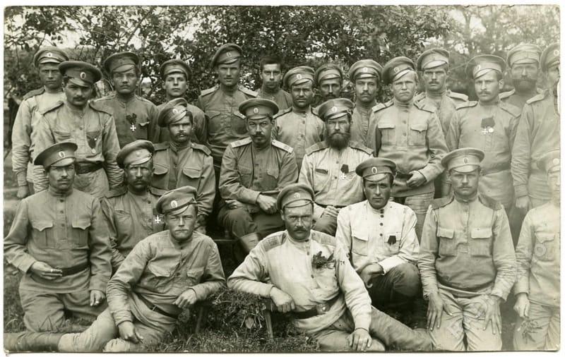 Связисты, в центре второго ряда сидит Б.М. Мигачев, 1916 г.