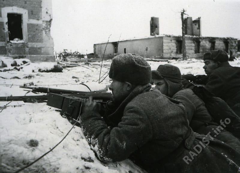 Связисты во время боя налаживают связь. Великие Луки, 1943 г.