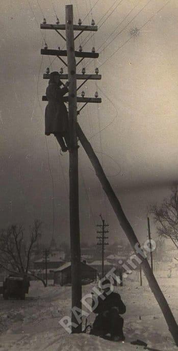 Связисты восстанавливают связь между городами Крапивна и Тула, декабрь 1941 г.