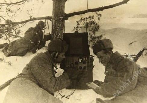 Связисты югославской добровольческой части принимают радиограмму на тактических учениях на территории СССР, январь 1944 г.