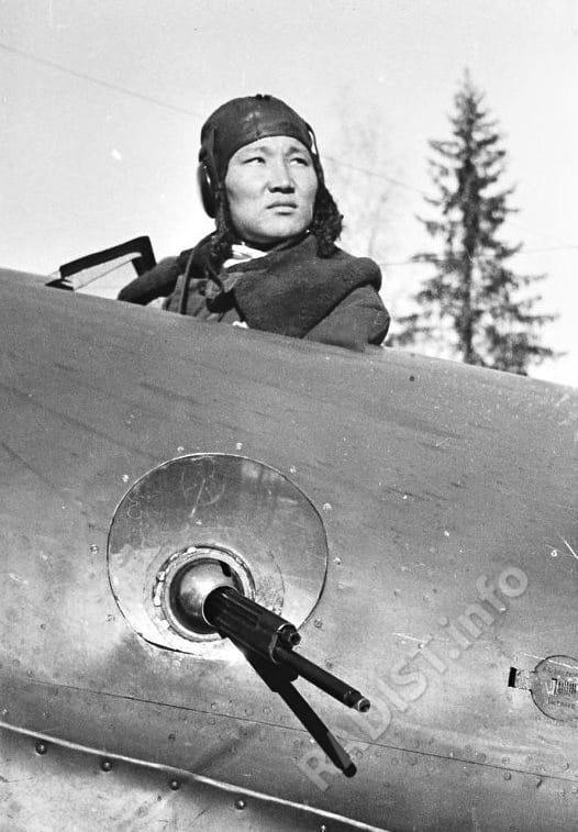 Тапханаев Ользон, стрелок-радист самолета «ПЕ-2»,сбивший два самолета противника, январь 1942 г.
