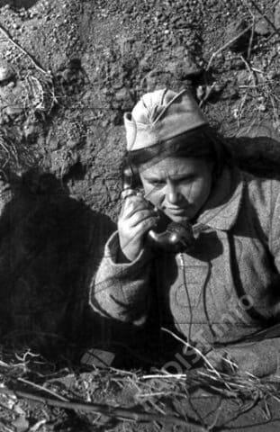 Телефонистка Ульяна Потапенко. Юго-Западный фронт, 1943 г.